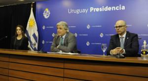 Canciller Francisco Bustillo, junto a la subsecretaria de Relaciones Exteriores, Carolina Ache, y el director de Secretaría, Diego Escuder